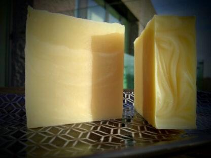 lokaal geproduceerde zeep met essentiële oliën van patchouli en limoen